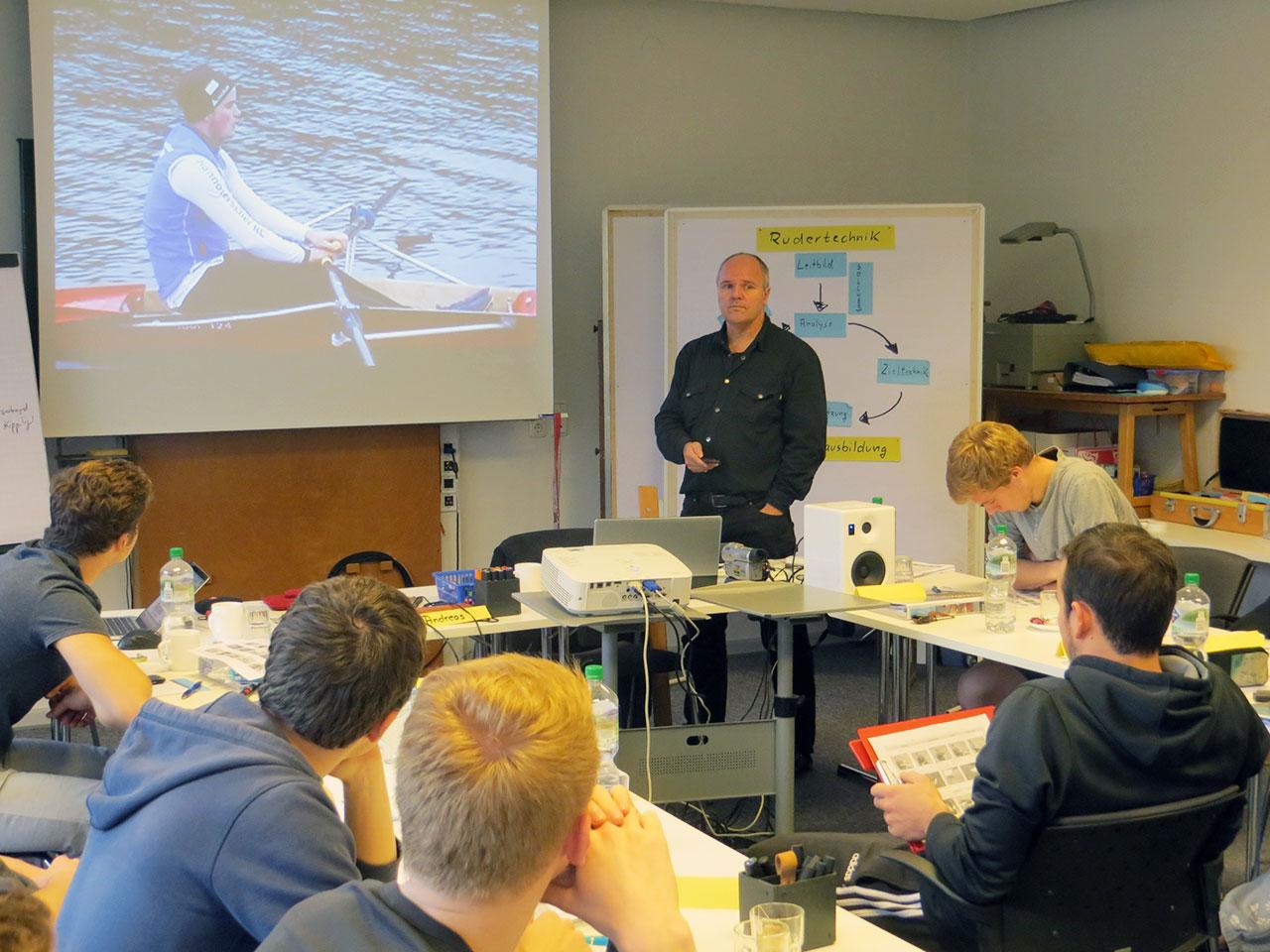 Rudertechnik sehen, analysieren und bewerten bei der Trainer C-Ausbildung des Deutschen Ruderverbands in der Ruderakademie Ratzeburg mit Reinhart Grahn.